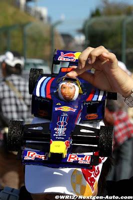 кепка в виде болида Red Bull Себастьяна Феттеля болельщицы на Гран-при Японии 2011