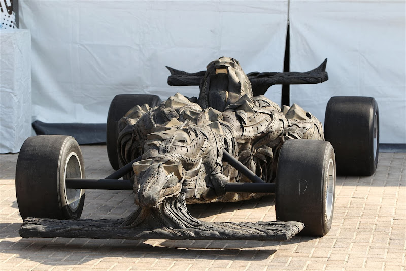 скульптура болида Формулы-1 от Yong Ho Ji на Гран-при Абу-Даби 2013