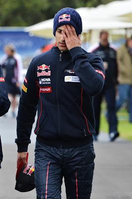 Даниэль Риккардо идет по паддоку и фэйспалмит на Гран-при Австралии 2013