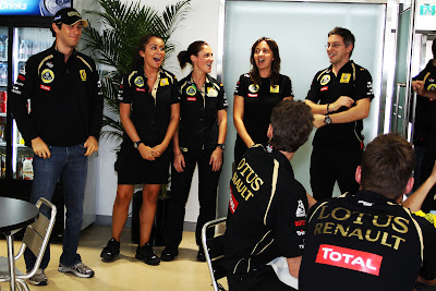 Бруно Сенна с механиками Lotus Renault на Гран-при Кореи 2011