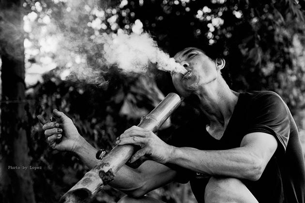 Chùm thơ điếu cày, những người thích hút thuốc lào