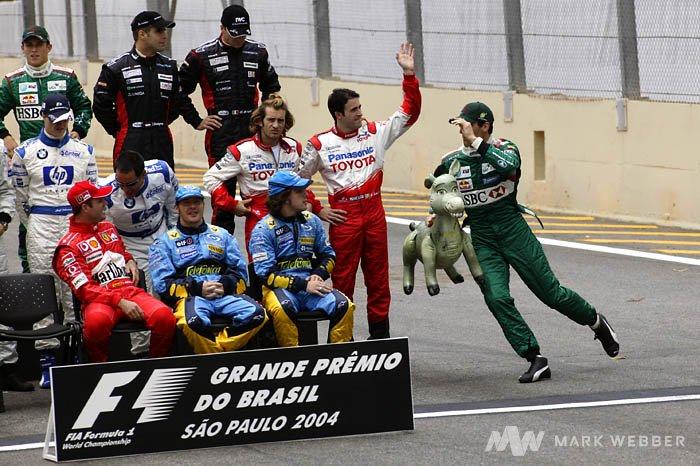 Марк Уэббер бежит с осликом на Гран-при Бразилии 2004