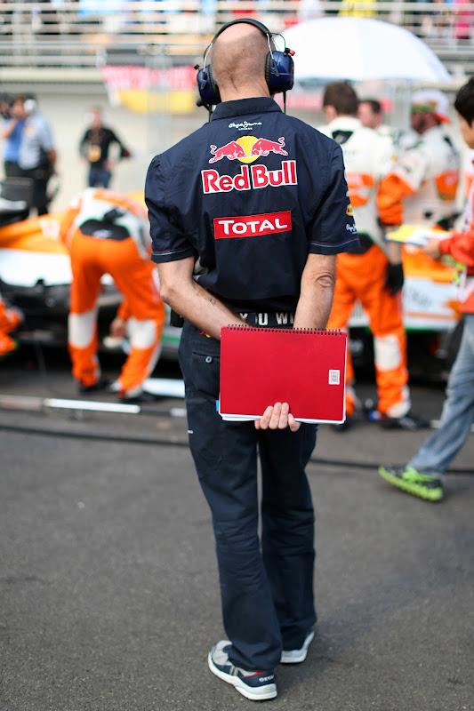 Эдриан Ньюи разглядывает болид Force India на стартовой решетке Гран-при Кореи 2012