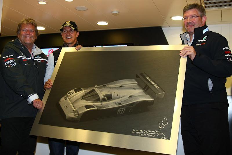 картина спортпрототипа в подарок Михаэлю Шумахеру от Норберта Хауга и Росса Брауна на Гран-при Бельгии 2011