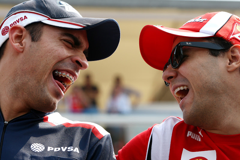 Пастор Мальдонадо и Фелипе Масса смеются на параде пилотов Монцы на Гран-при Италии 2011