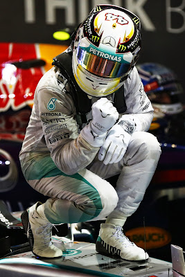 Льюис Хэмилтон побеждает за Mercedes на Гран-при Сингапура 2014