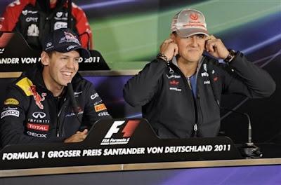 Себастьян Феттель и Михаэль Шумахер с закрытыми ушами на пресс-конференции Нюрбургринга на Гран-при Германии 2011 в четверг