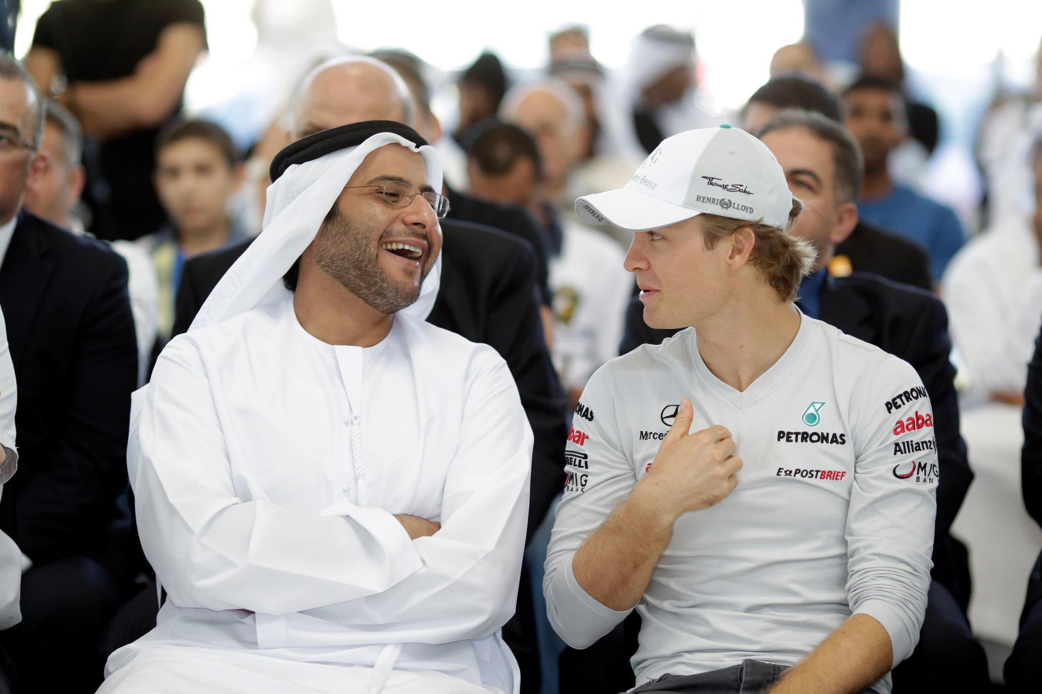 Нико Росберг смешит кого-то на Гран-при Абу-Даби 2011