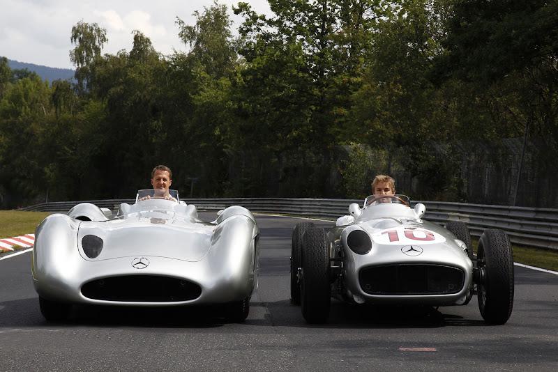 Нико Росберг и Михаэль Шумахер на машинах Mercedes 50-х на северной петле Нюрбургринга в дни уикэнда Гран-при Германии 2011