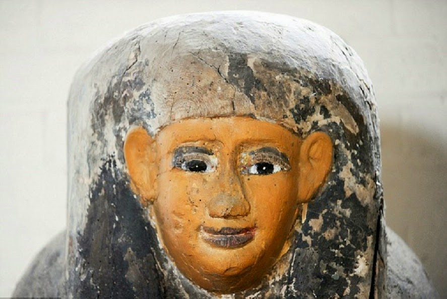 Auctioneer discovers Egyptian coffin lid in wall