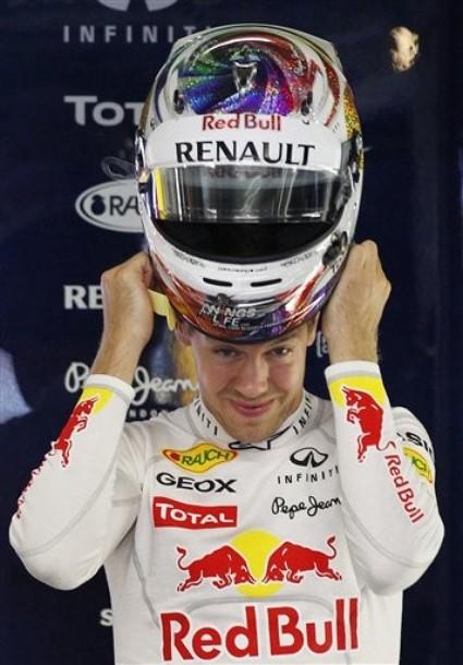 Себастьян Феттель собирается одеть шлем на Гран-при Сингапура 2011