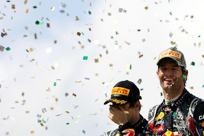 Себастьян Феттель фэйспалмит на фоне Марка Уэббера и его победы на подиуме Гран-при Бразилии 2011
