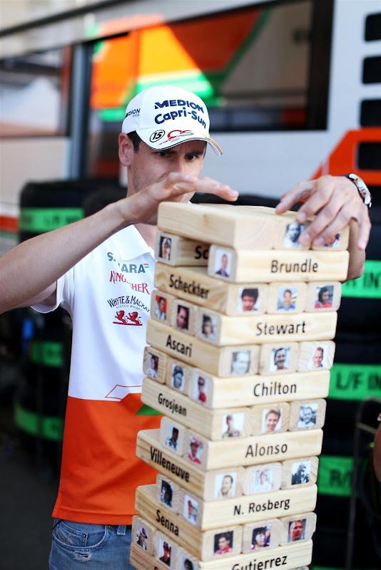 Адриан Сутиль играет в Дженгу для сюжета Sky Sports F1 на Гран-при Венгрии 2013
