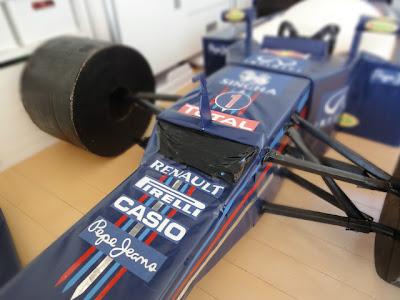 ступенька болида Red Bull RB8 из картона