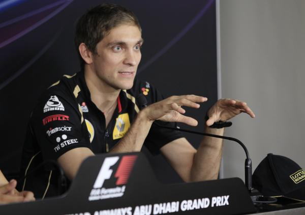 Виталий Петров жестикулирует на пресс-конференции Гран-при Абу-Даби 2011
