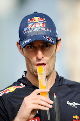 Марк Уэббер кушает фруктовый лед на Гран-при Малайзии 2012