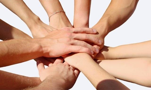 trabajo en equipo criticas ayuda mutua manos