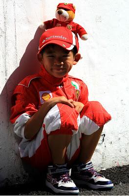 юный болельщик Ferrari с мишкой на Гран-при Японии 2012