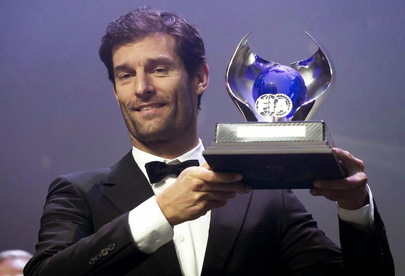 Марк Уэббер получает кубок за третье место в чемпионате на церемонии награждения FIA Gala 2013
