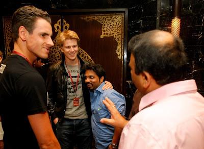 Адриан Сутиль и Нико Хюлькенберг общаются с болельщиками на F1 Rocks Afterparty Гран-при Индии 2011