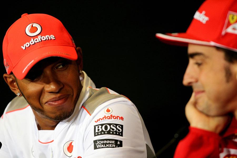 улыбающиеся Льюис Хэмилтон и Фернандо Алонсо на пресс-конференции в четверг на Гран-при Великобритании 2012