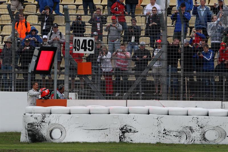 Михаэль Шумахер разбивает свой Mercedes во время второй сессии свободных заездов на Гран-при Германии 2012
