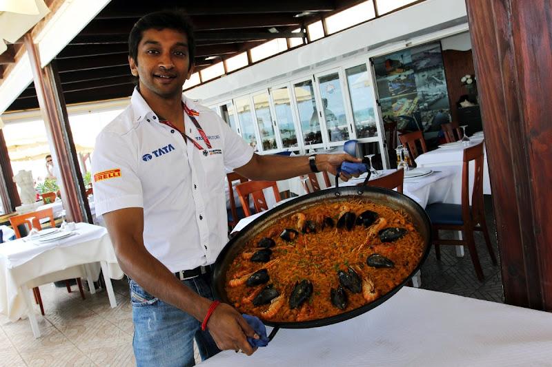 Нараин Картикеян с большой сковородой на Гран-при Европы 2011