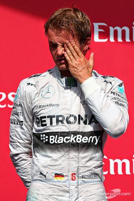 Нико Росберг потирает глаз во время гимна на подиуме Гран-при Канады 2014