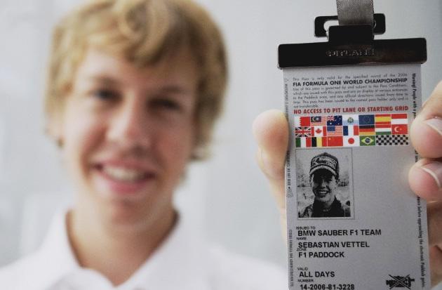 Себастьян Феттель держит в руках свой первый пропуск в паддок Формулы-1