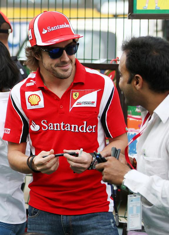 Фернандо Алонсо показывает очаровательную улыбку на Гран-при Индии 2011