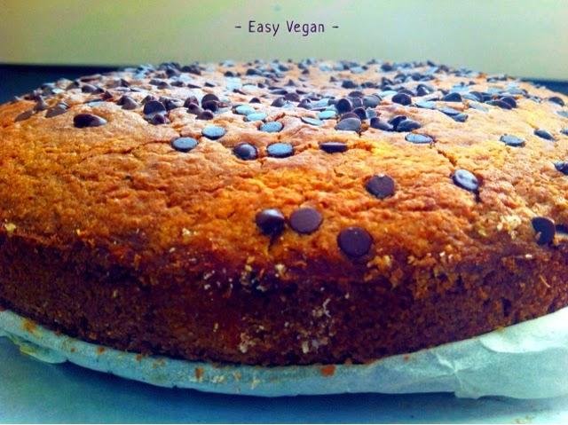 Questa torta di carote vegan senza margarina ha un profumo fantastico e un gusto rustico e dolce, ottima per la colazione e con il the. E' leggera quindi anche per chi è a dieta. Le carote si sposano benissimo con il cioccolato in gocce e l'arancia impreziosisce tutto con la sua nota aromatica...