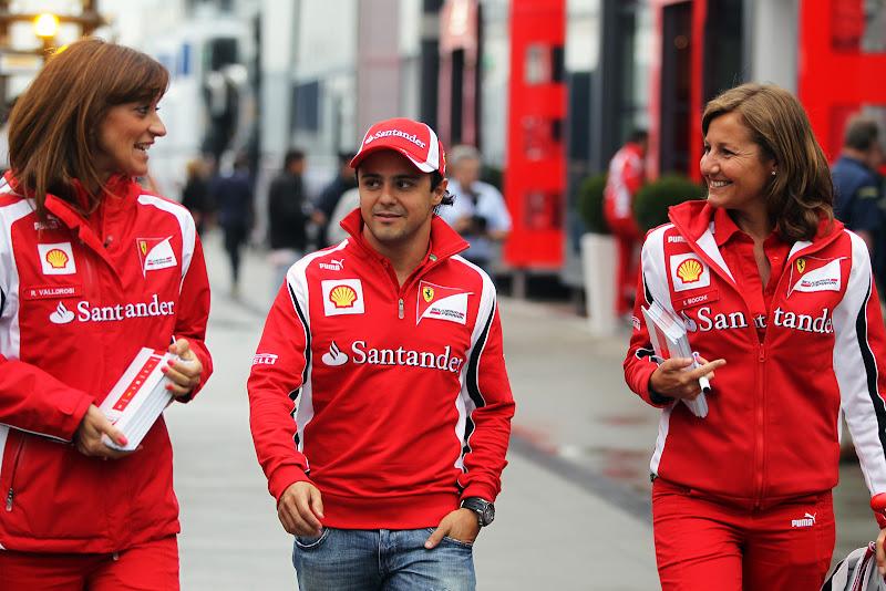 Фелипе Масса идет по паддоку в окружении двух инженеров Ferrari на Гран-при Венгрии 2011