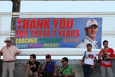 болельщики благодарят Михаэля Шумахера на 8 языках на Гран-при Бразилии 2012