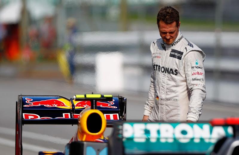 Михаэль Шумахер рассматривает болид Red Bull после квалификации на Гран-при Малайзии 2012