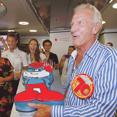 торт Papa Smurf для Джона Баттона на 70-летие на Гран-при Венгрии 2013