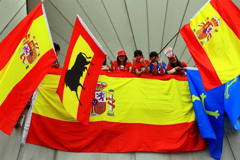 болельщики Фернандо Алонсо с испанскими флагами на Гран-при Китая 2012