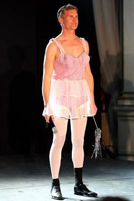 Дэвид Култхард в женском платье на Wings for Life в Лондоне 2013