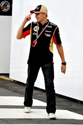 Хейкки Ковалайнен крутит пальцем у виска на Гран-при Бразилии 2013
