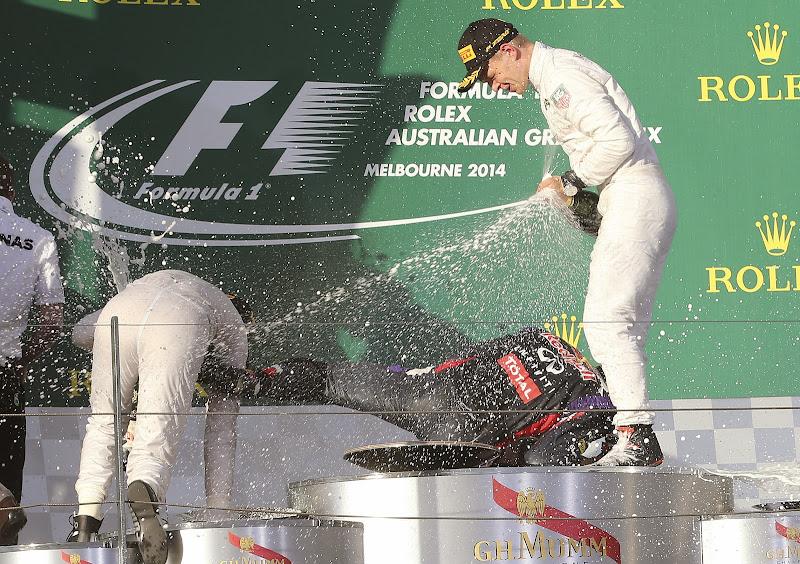 Даниэль Риккардо падает на подиуме Гран-при Австралии 2014
