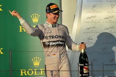 Нико Росберг вертит пальцем на подиуме Гран-при Австралии 2014