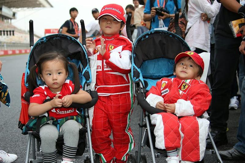 юные болельщики Ferrari в колясках на трассе Гран-при Кореи 2013