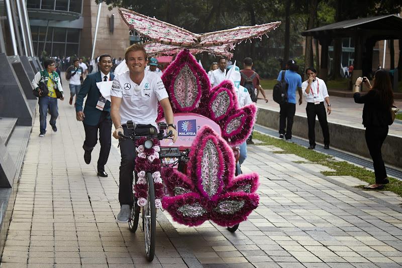 Нико Росберг на цветочном велосипеде по Куала-Лумпуру перед Гран-при Малайзии 2014