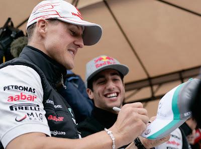 Михаэль Шумахер и Даниэль Риккардо на автограф-сессии Хунгароринга на Гран-при Венгрии 2011