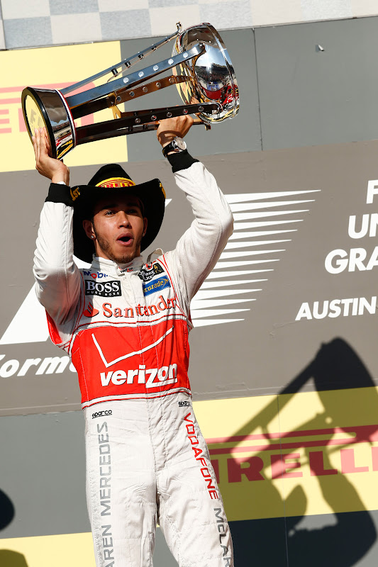 Льюис Хэмилтон в ковбойской шляпе Pirelli на подиуме Гран-при США 2012