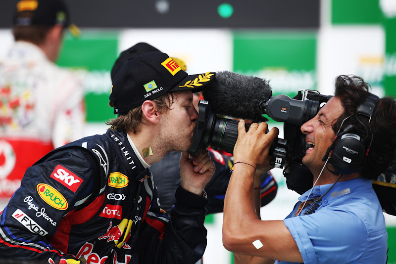 Себастьян Феттель целует телевизионную камеру на Гран-при Бразилии 2011
