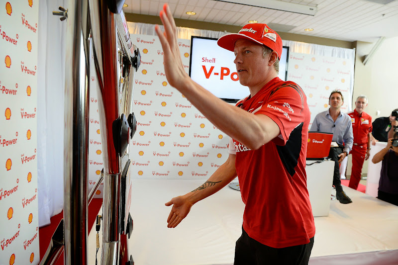Кими Райкконен на тренажоре Batak на спонсорском мероприятии Shell перед Гран-при Канады 2014