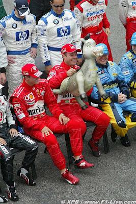 Михаэль Шумахер и Рубенс Баррикелло вместе с осликом на Гран-при Бразилии 2004