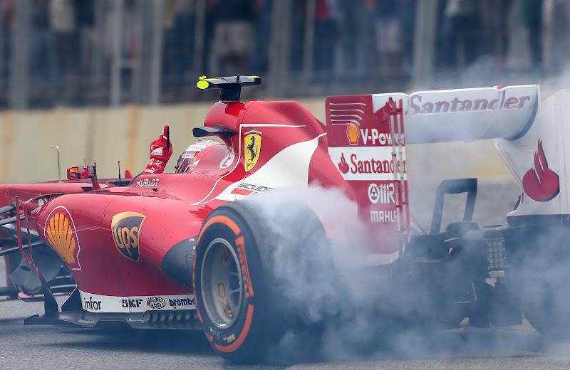 Фелипе Масса крутит пончики на Ferrari после финиша гонки на Гран-при Бразилии 2013