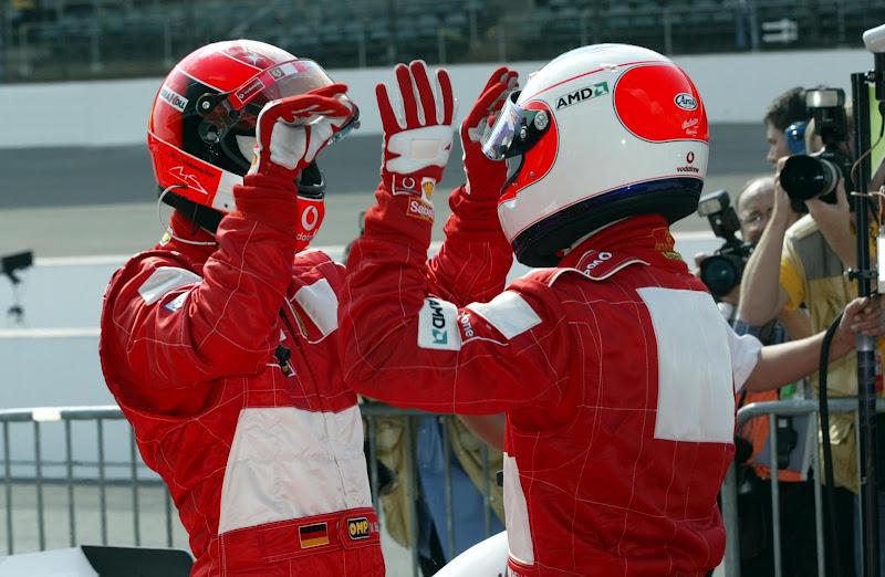 Михаэль Шумахер и Рубенс Баррикелло играют в ладоши после финиша гонки на Гран-при США 2002