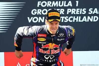 Себастьян Феттель готовится к прыжку на подиуме Гран-при Германии 2013
